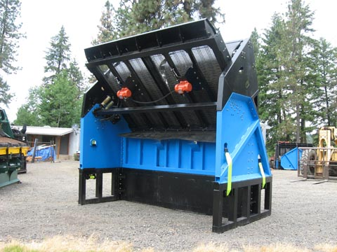 Feed deflectors for topsoil screeners catch and slow material flow.