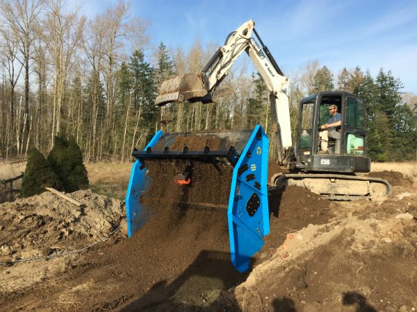 Feed the screener with an excavator